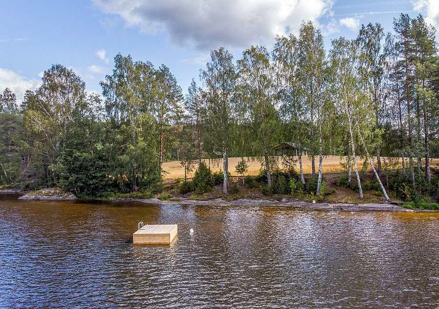 Die Kinder wird's freuen - direkt vor dem Haus ist eine eigene Badeinsel im See verankert