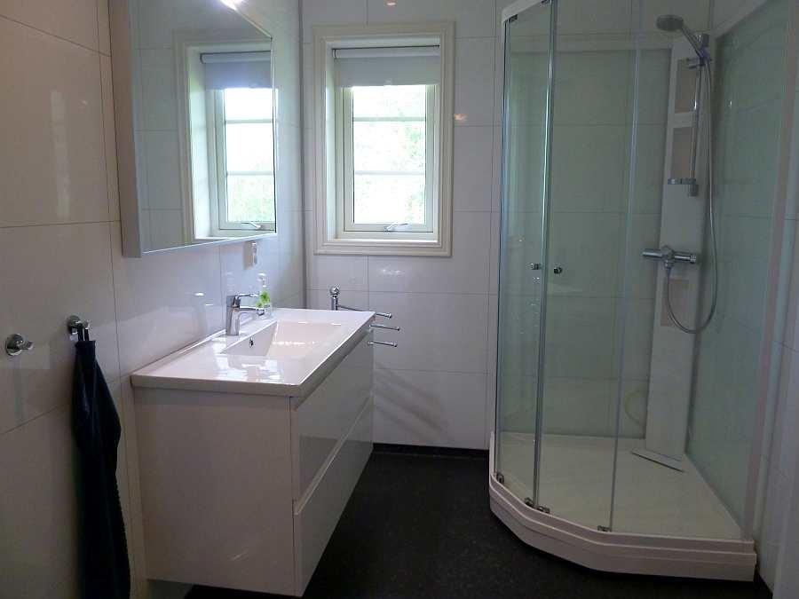 Das erste große Badezimmer mit Dusche, WC, Waschtisch (hier im EG)