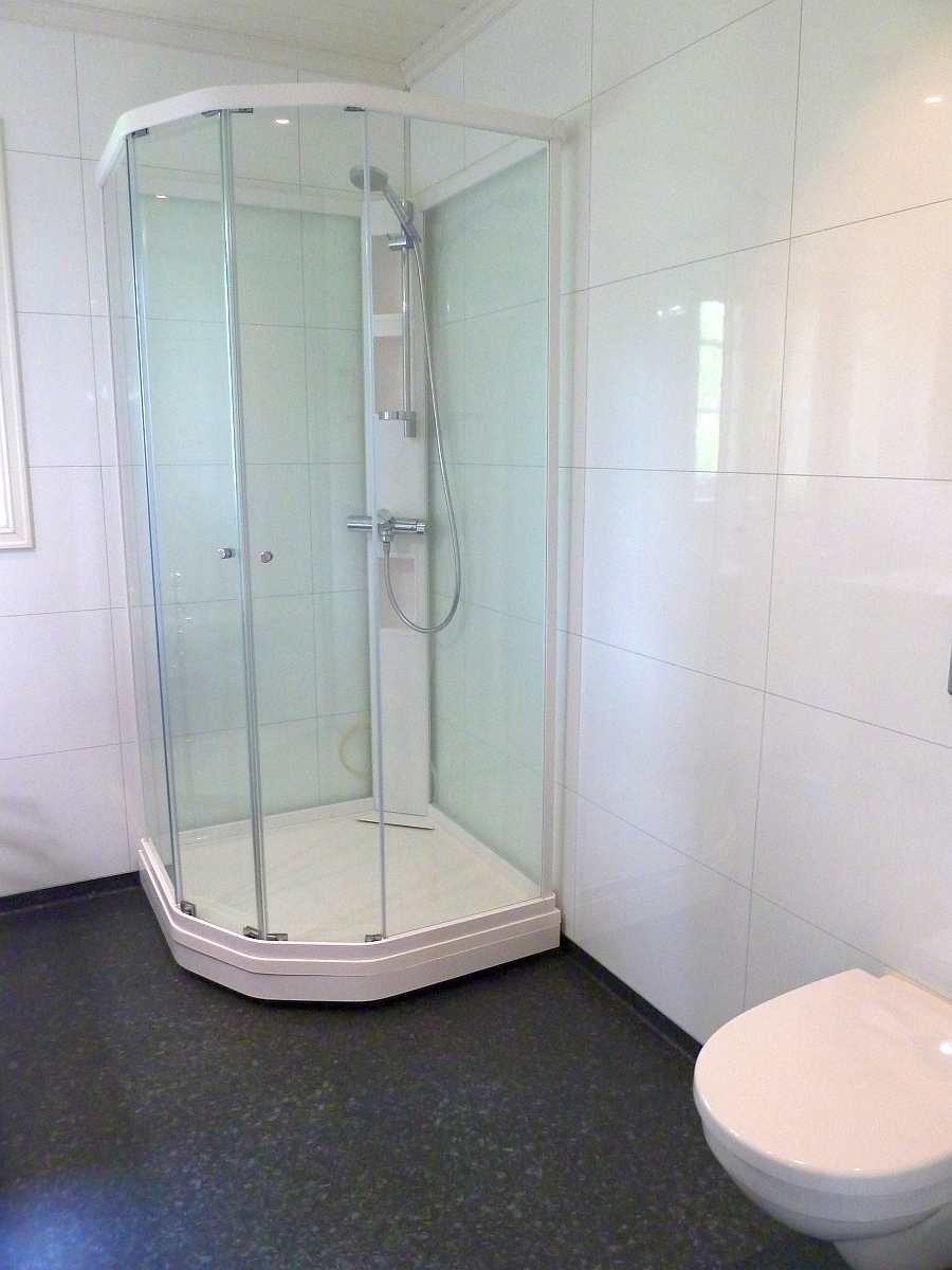 Das Badezimmer ist hell und modern. Es ist mit einer Fußbodenheizung ausgestattet