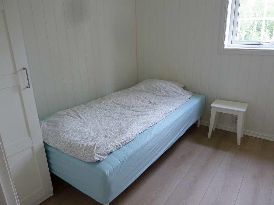 Das Schlafzimmer mit 1 breiten Einzelbett (120 cm) im EG