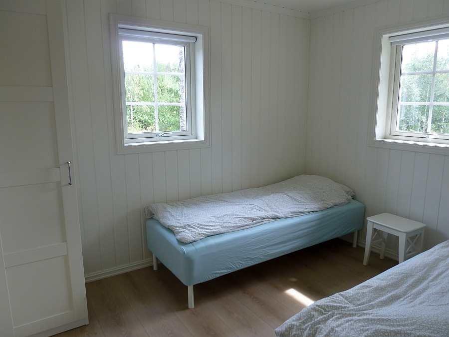 Das erste Schlafzimmer mit 2 Einzelbetten (hier im EG) - die beiden Betten können bei Bedarf zu einem Doppelbett zusammengestellt werden