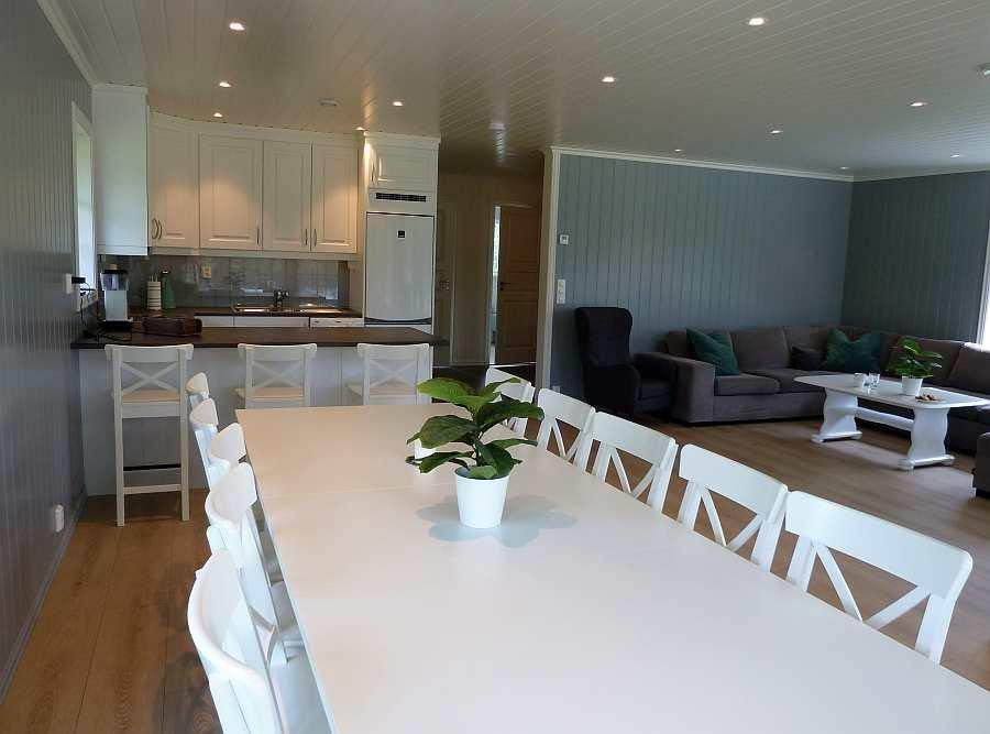 Blick vom Esstisch auf die offene Küche