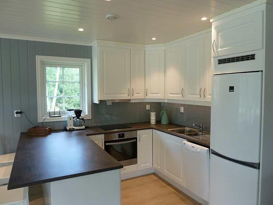 Blick in die moderne, offene Küche des Ferienhauses. Die Küche ist umfassend ausgestattet