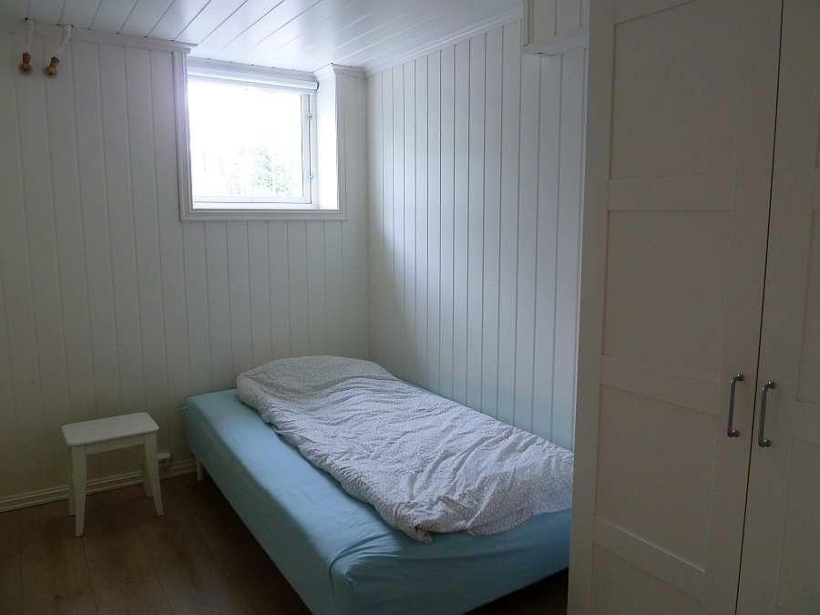 Das zweite Schlafzimmer mit einem breiten (120 cm) Einzelbett (hier im UG)