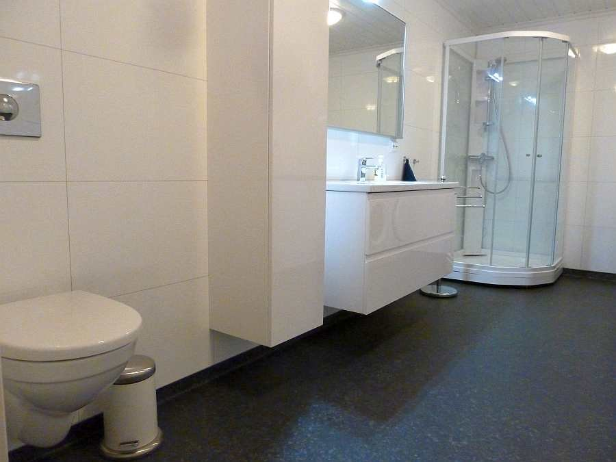 Das Bad ist modern und groß. Fußbodenheizung vorhanden