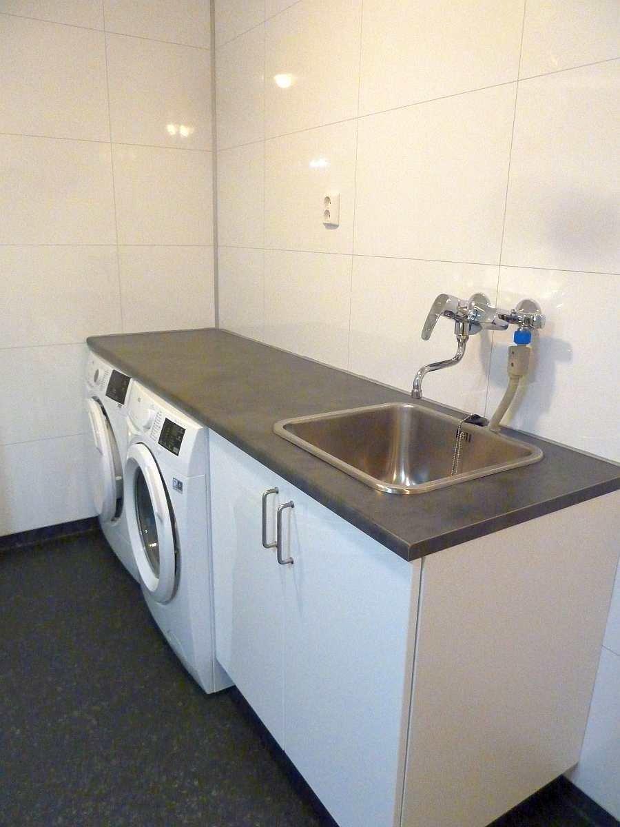 Zusätzlich stehen hier im Bad noch eine Waschmaschine, ein Wäschetrockner und eine Wasch-Spüle zur Verfügung.