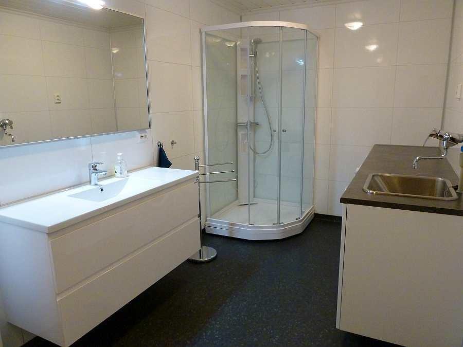 Das zweite Badezimmer mit Dusche, WC, Waschtisch (hier im UG)