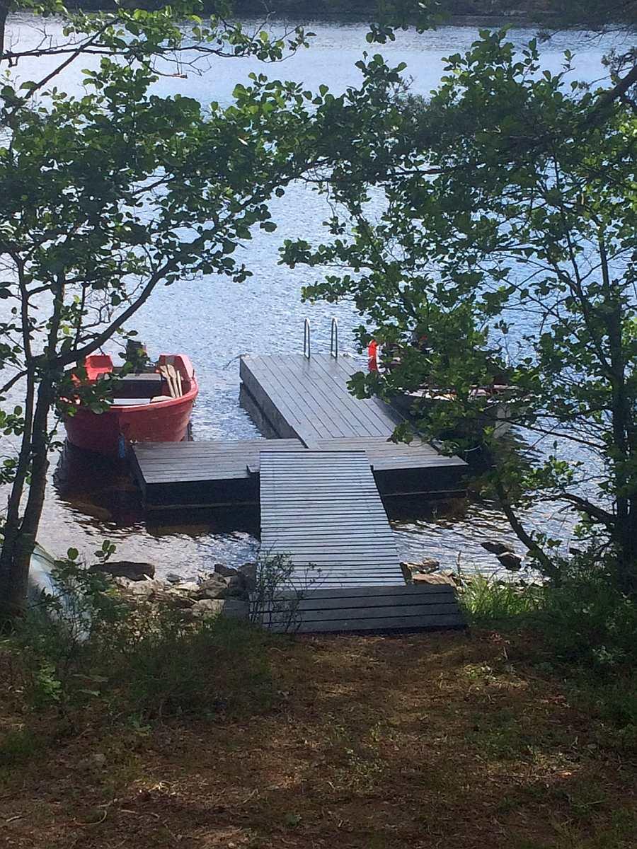 Blick von der Hütte zum Bootssteg
