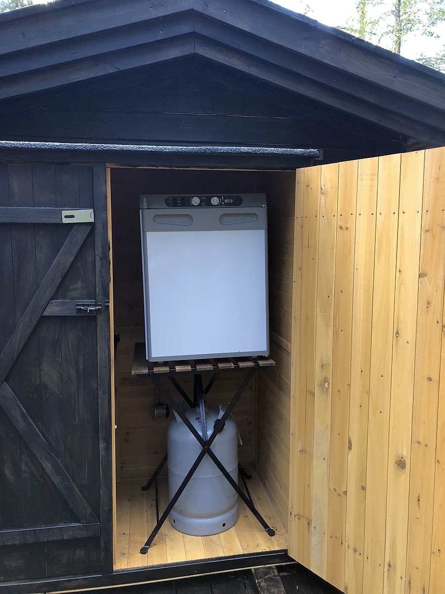 Der gasbetriebene Kühlschrank der Ferienhütte