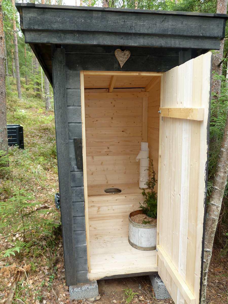 Einfach aber zweckmäßig und sauber - die separate  Biotiolette der Ferienhütte