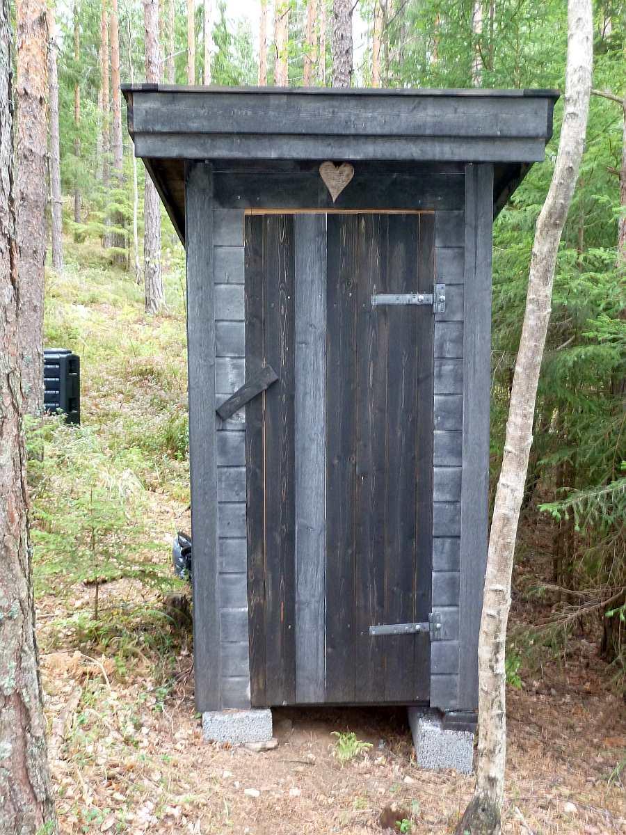 Das >Utedo< -  das separate Toilettenhäuschen - steht  ca. 10 m neben der Ferienhütte