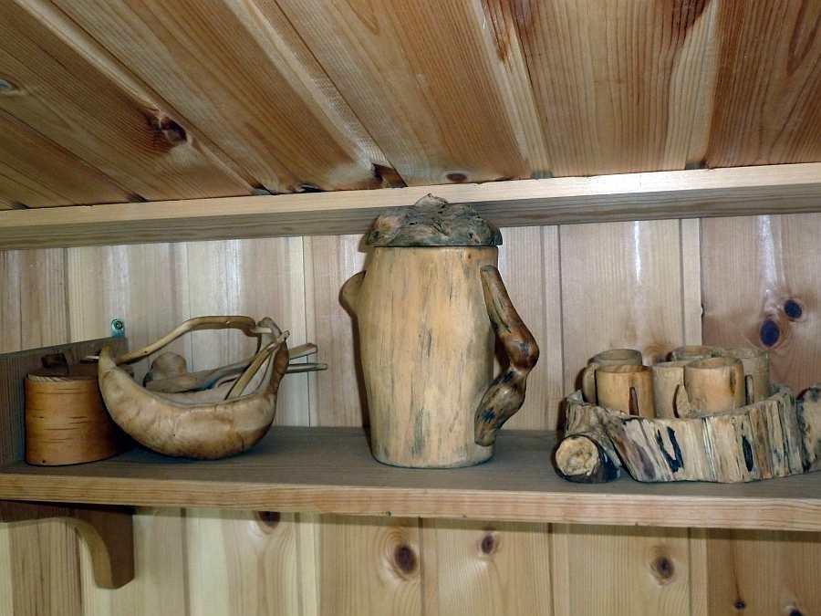 Bierkrüge und Schnapsgläser aus Wurzelholz geschnitzt. Hier zeigen viele Kleinigkeiten die Nähe zur Natur...