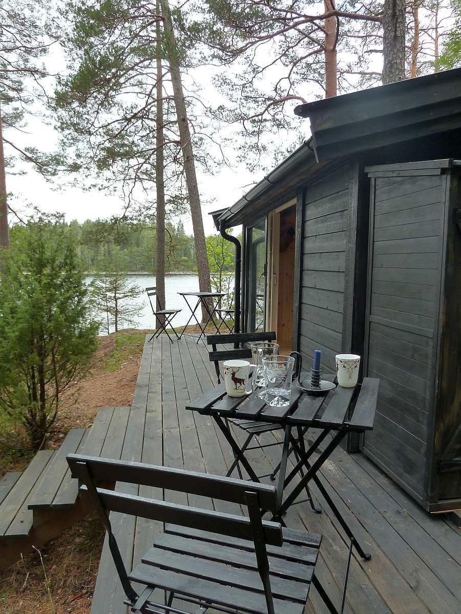 Blick auf die seeseitige Veranda der Hütte