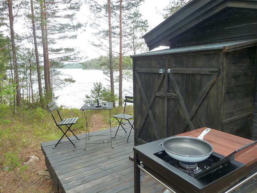 Die Kochecke im Außenbereich der Hütte. Eine Überdachung (hier noch nicht fertiggestellt) sorgt für Schutz bei Regen