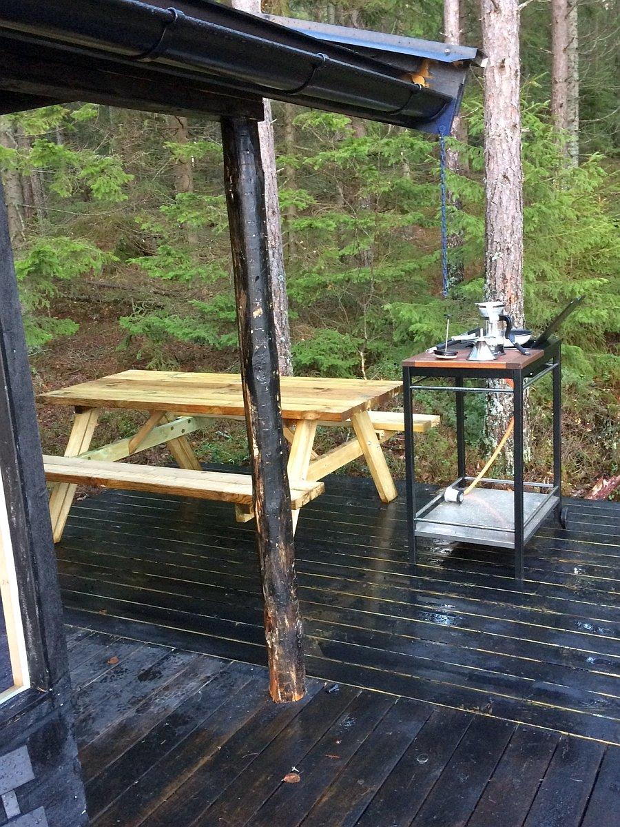 Sitzbank mit Tisch im Bereich der Küchenecke im  Außenbereich