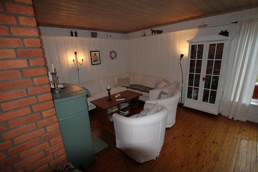 Der gemütliche Wohnbereich des Ferienhauses mit Kamin-Ofen und Sat-TV