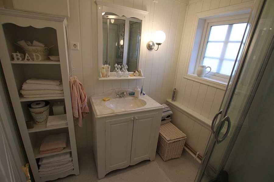 Das Badezimmer ist freundlich und hell