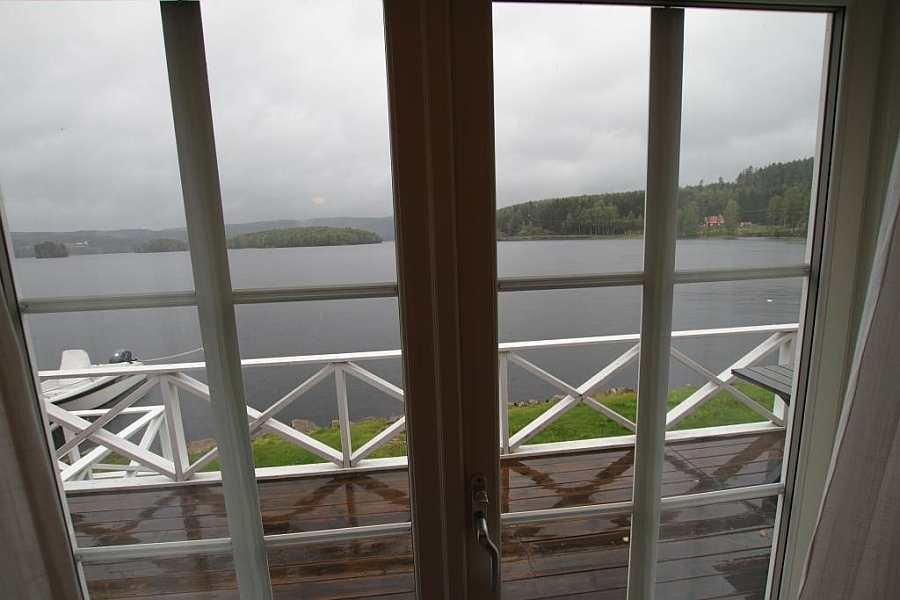 Blick aus dem Wohnbereich auf den See und Zugang zur Veranda