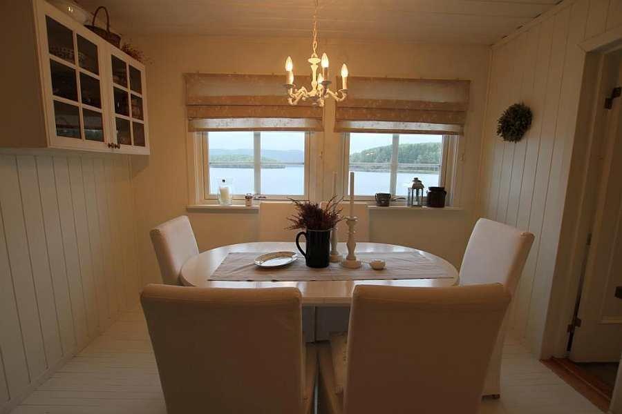 Der Essbereich in der Wohnküche mit direktem Seeblick
