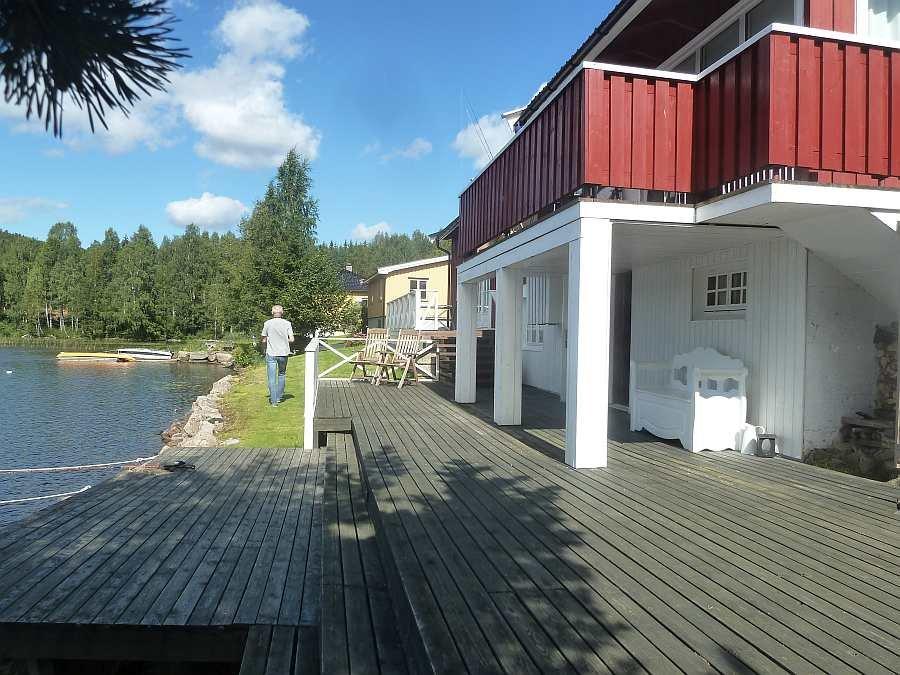 Vor dem Haus an der Wasserseite gibt es eine große Terrasse