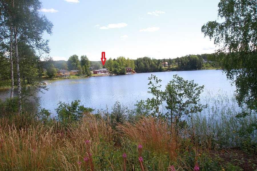 Blick über den See zum Ferienhaus Solli