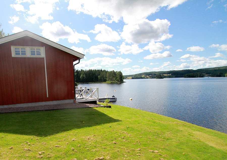 Ferienhaus Solli liegt auf einem eigenen Gartengrundstück direkt am Seeufer