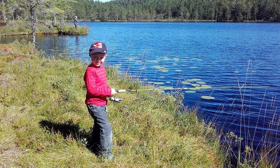 Auch vom Ufer können die Kinder fischen