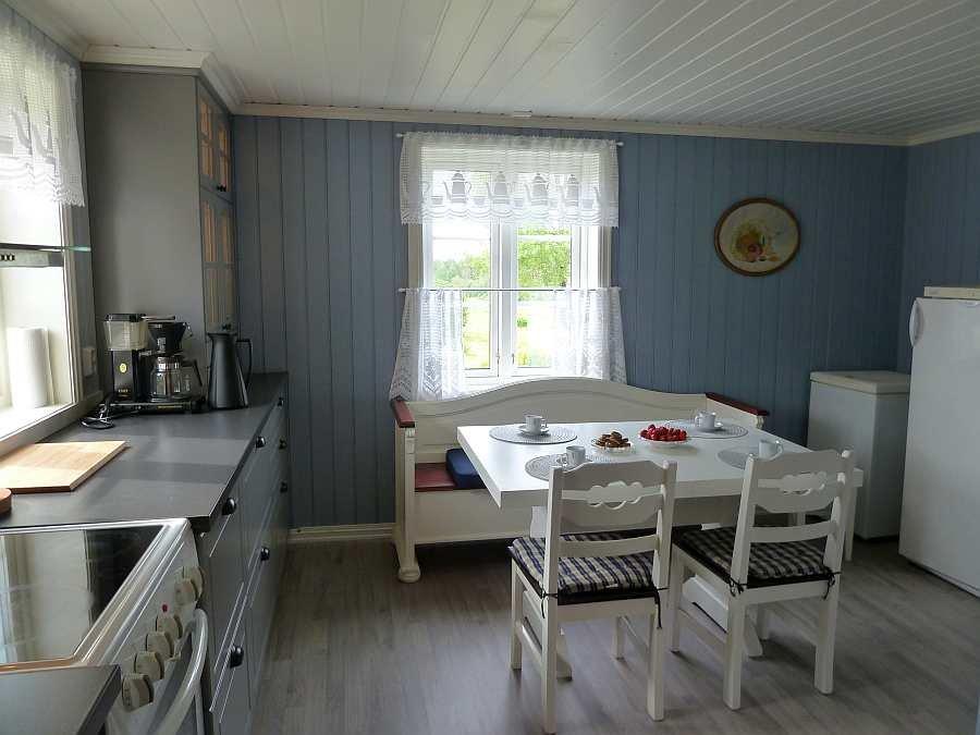 Die Küche ist hell und freundlich und dient gleichzeitig als Esszimmer. Die Küche wird mit Fußbodenheizung geheizt