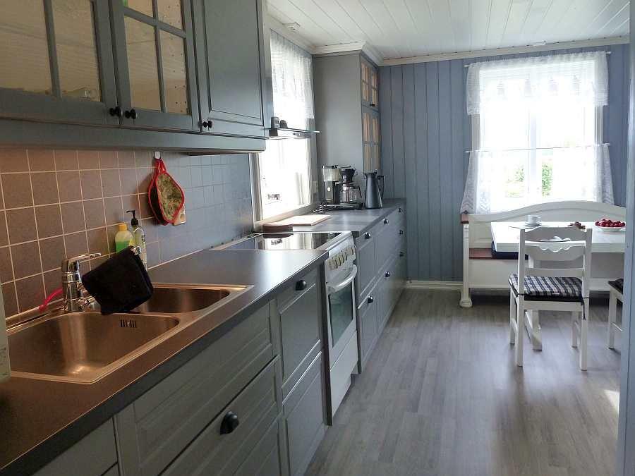 Die Küche ist vom Geschirrspüler bis zur Mikrowelle komplett ausgestattet