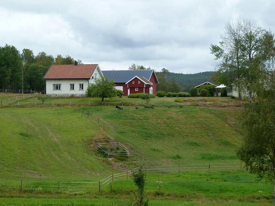 Die Lage vom Haus Sørstua (links) auf dem großen Grundstück der Farm Bokerød Ihres Gastgebers