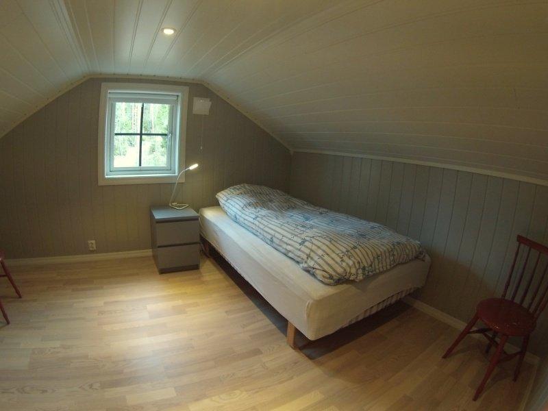 Eines der beiden Schlafräume mit je einem Einzelbett im Obergeschoß