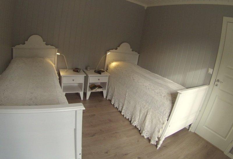 Eines der beiden Schlafzimmer im Erdgeschoß