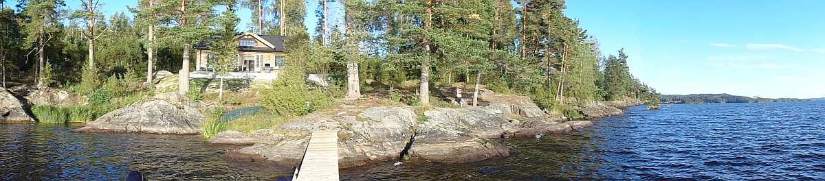 Blick vom Wasser auf das Ferienhaus Solspillet