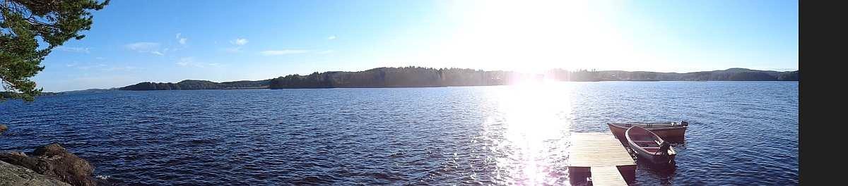 Blick von der Terrasse auf den See Rødenessjøen - das Boot wartet...