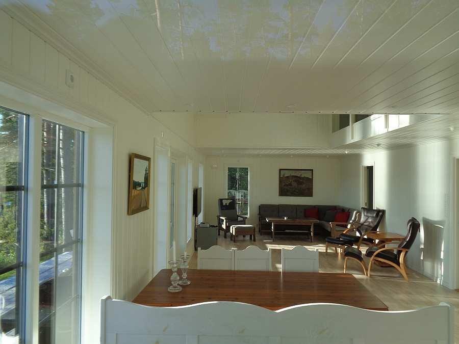 Blick aus der offenen Studioküche in den Wohnbereich