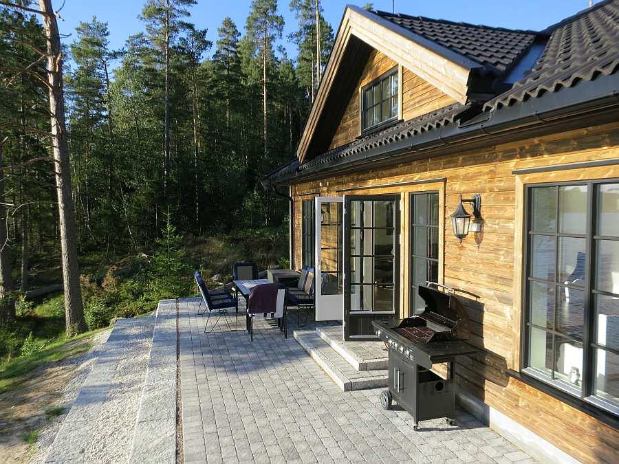 Die großzügige Terrasse des Hauses  - mit Gasgrill