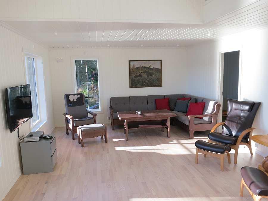 Der großzügige Wohnbereich des Ferienhauses mit Sat-TV und CD-Player - natürlich mit Blick auf den See!