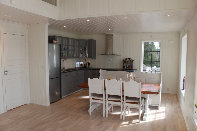 Blick in die große Wohnküche mit Essbereich