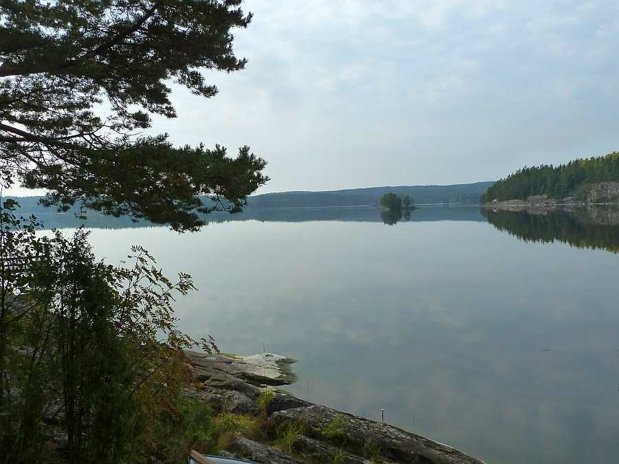 Blick vom Bootssteg auf den See nach Süden