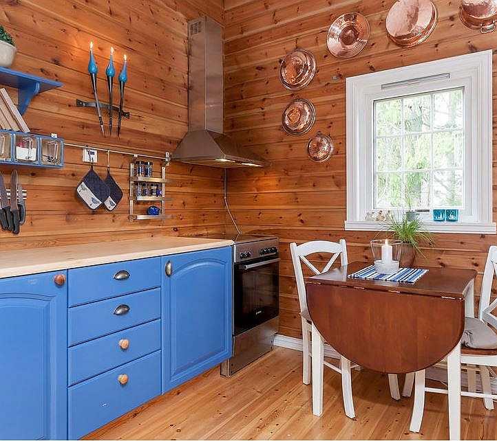 Die Küche ist gemütlich eingerichtet und komplett ausgestattet