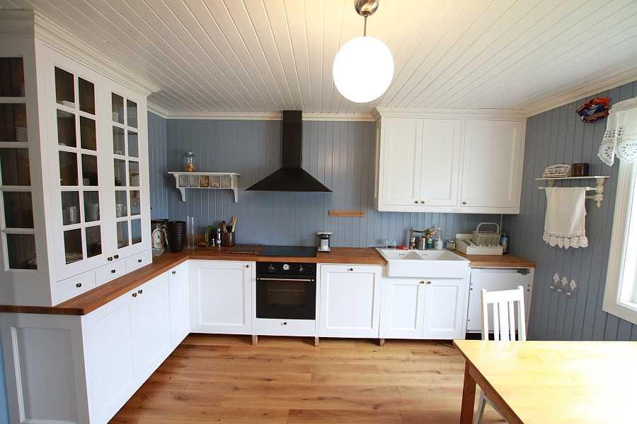 Die Küche ist hell und modern