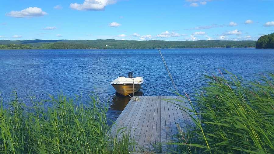 Der Bootssteg an der Bucht Folkenborgvika direkt vor dem Ferienhaus gilt als die beste Hechtstelle des gesamten Sees