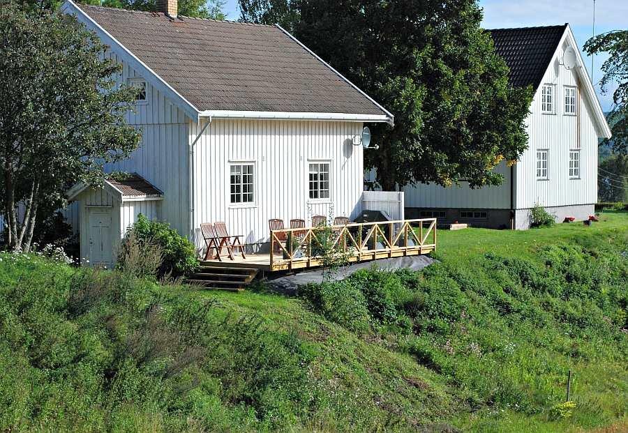 Das Ferienhaus Taraldrud (links) liegt auf der gleichnamigen Farm Ihrer Gastgeber