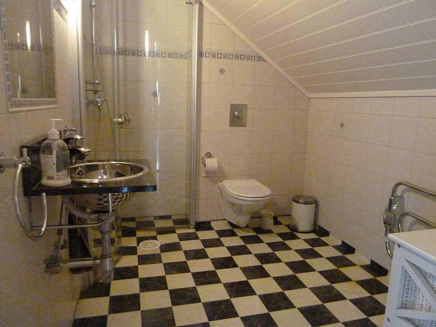 Bad mit Dusche, WC und Fußbodenheizung