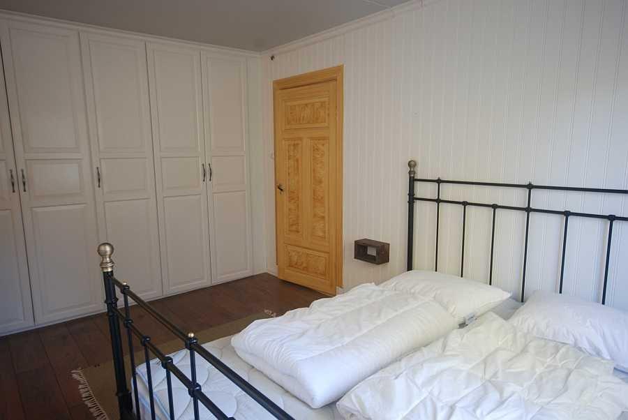 Viel Stauraum im den Wandschränken des Schlafzimmers