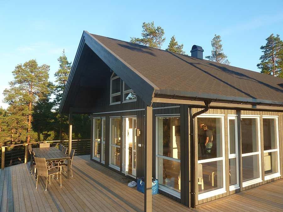 Auf zwei Hausseiten gibt es ein große Terrasse von insgesamt über 90 qm