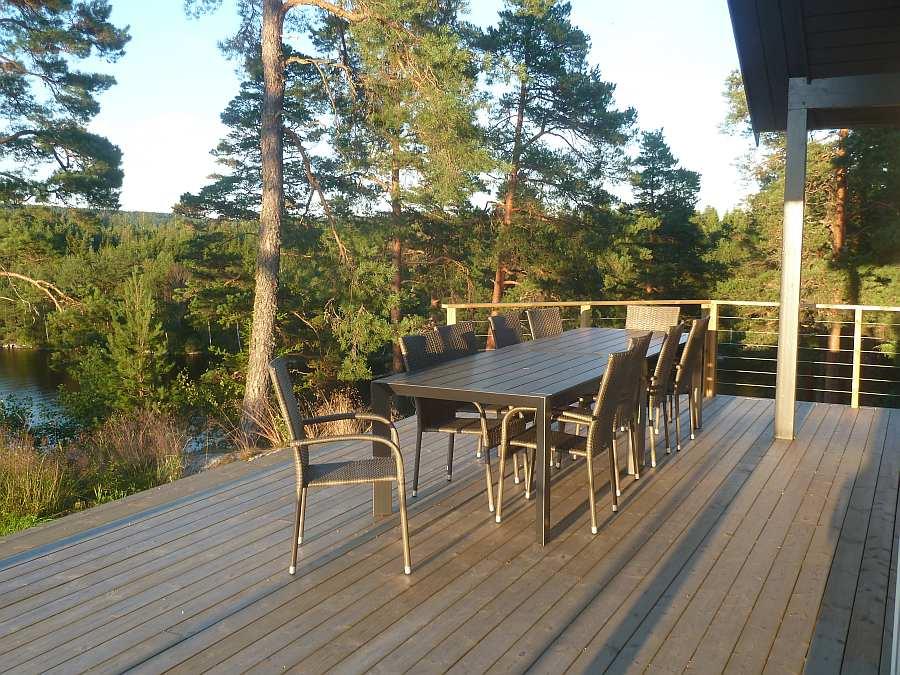 Ein großer Gartentisch bietet Platz für alle