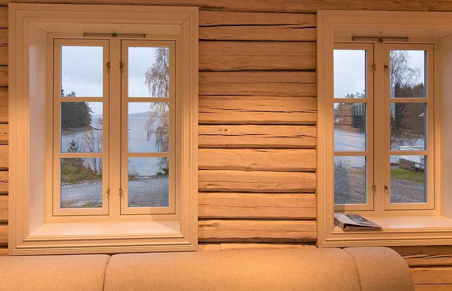 Blick aus einem der Wohnzimmerfenster des Ferienhauses auf den See