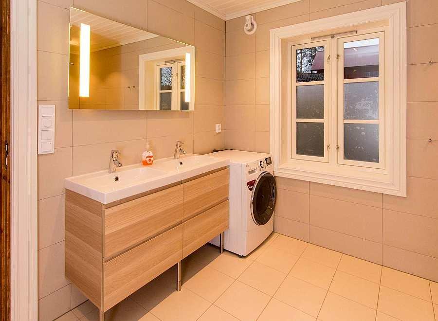 Eines der zwei separaten Badezimmer des Hauses - hier mit Doppelwaschbecken Dusche/WC und Waschmaschine-Trockner
