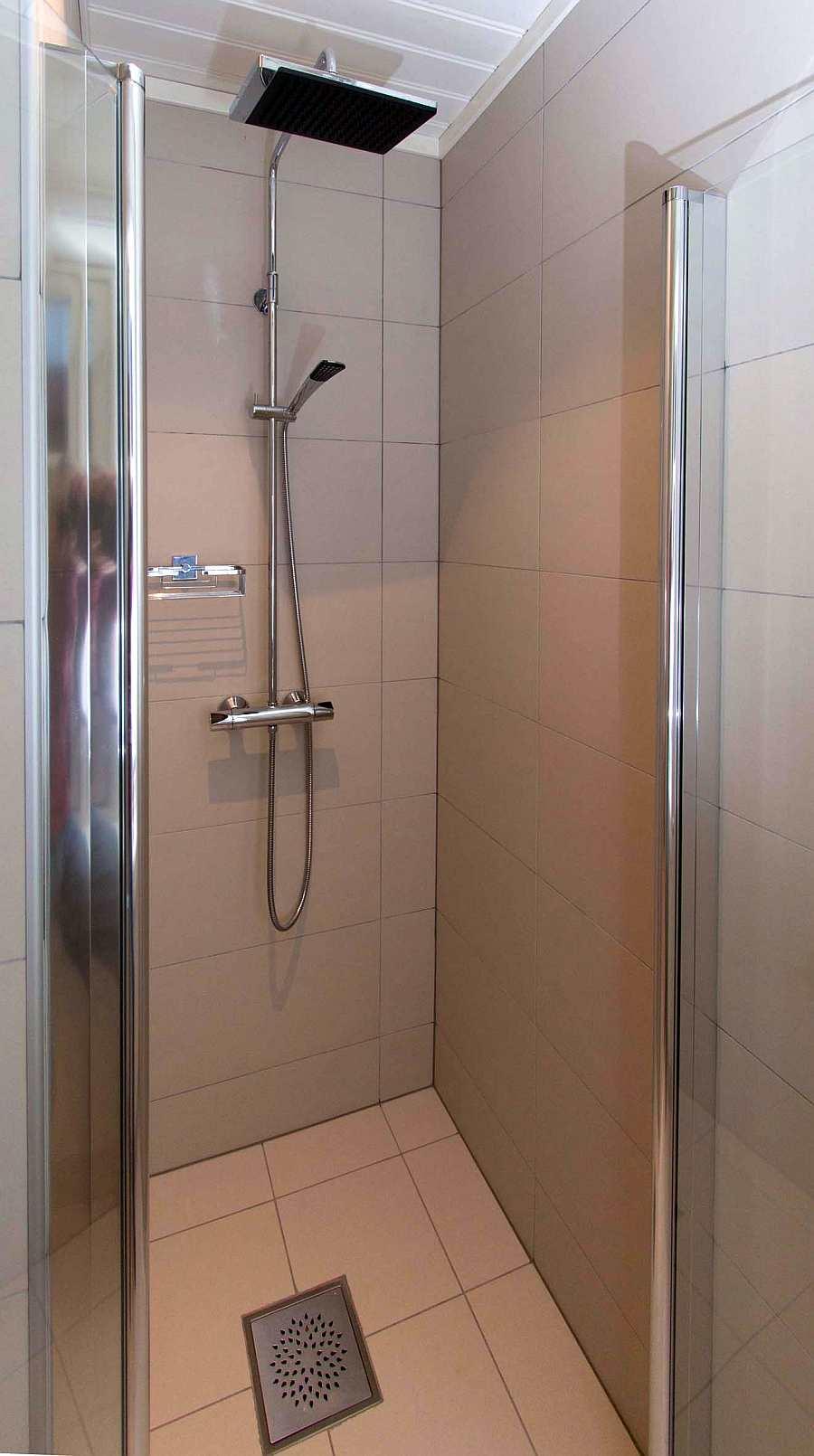 Die moderne Dusche in einem der Badezimmer